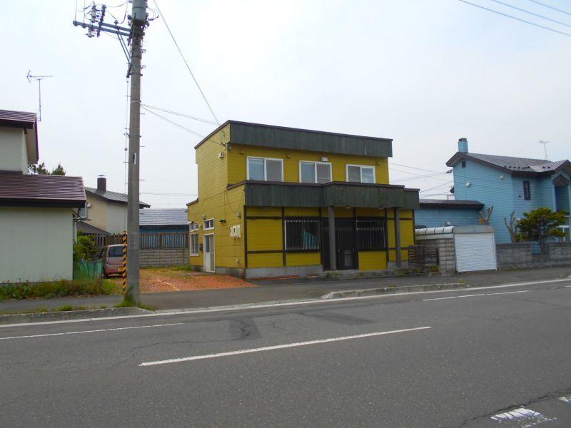 千歳市日の出の店舗付き住宅です。前面道路です。