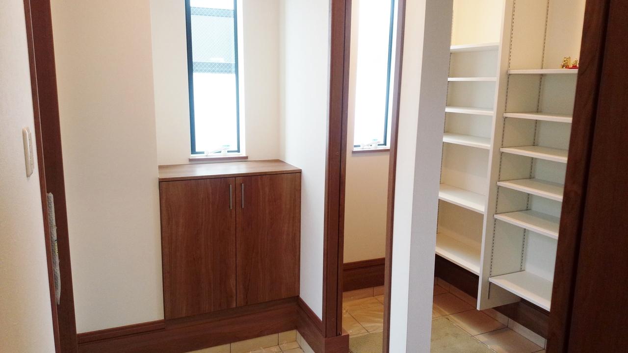 広々とした玄関にシューズクローク。収納は充実しています。