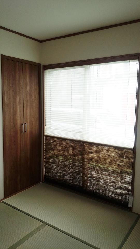 和室の掃出し窓にはツインのプリーツスクリーンが付いています。 上部はレース・下部はドレープなので、人がいるところは見えないようにして上から光を取り込むことができます。