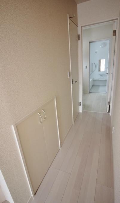 廊下 白基調の造りは、インテリアも合わせやすいです。