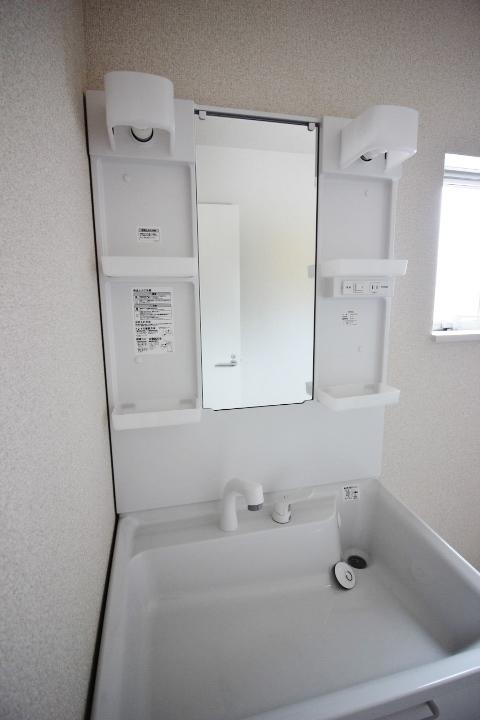 洗面台・シャンプードレッサー 洗面所に窓もあります。湿気がこもりにくいですね。