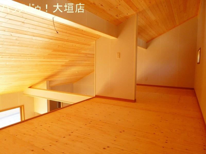 天井も丈夫な板貼りとなっております。