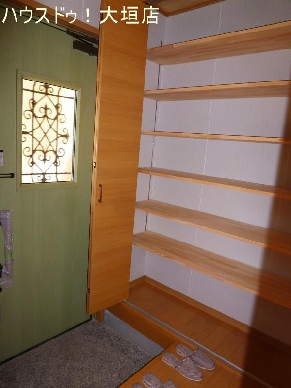 玄関横の収納は備え付けの棚付きで便利です!