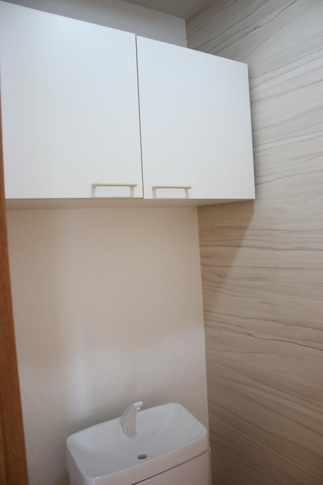 吊戸棚があるので、トイレットペーパーなどが室内にストックできるので便利です