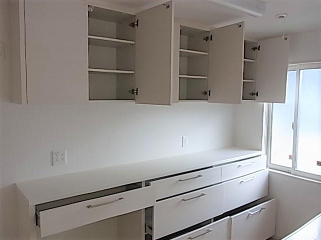 キッチン背面の収納も大容量ですゴミ箱置き場も設けられていて、奥様に嬉しい仕様ですね