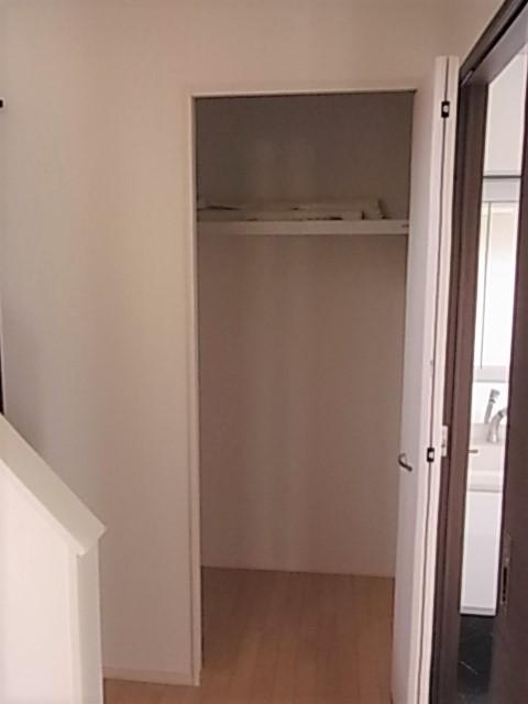 洗面所入口にも収納が配置されてます