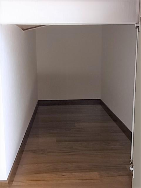 玄関右手には階段下のデッドスペースを活用した収納があり、冬用タイヤやベビーカーなど、使い方は色々♪