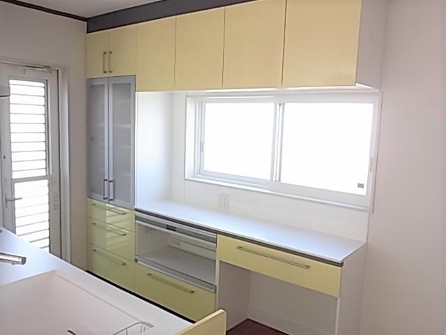 TOTOのキッチン収納も設置されていて、コの字のスペースには明り取りの窓も配置されてます