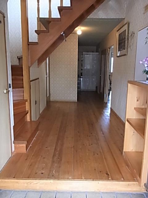 木材をふんだんに使用した温かみある玄関ホール