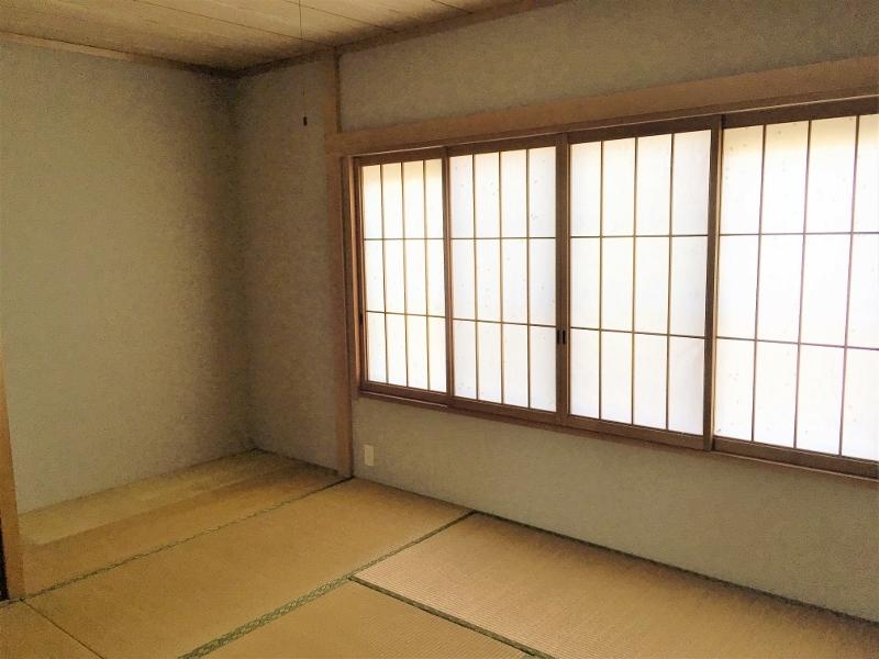 2階8畳の和室。押し入れと板の間があります。