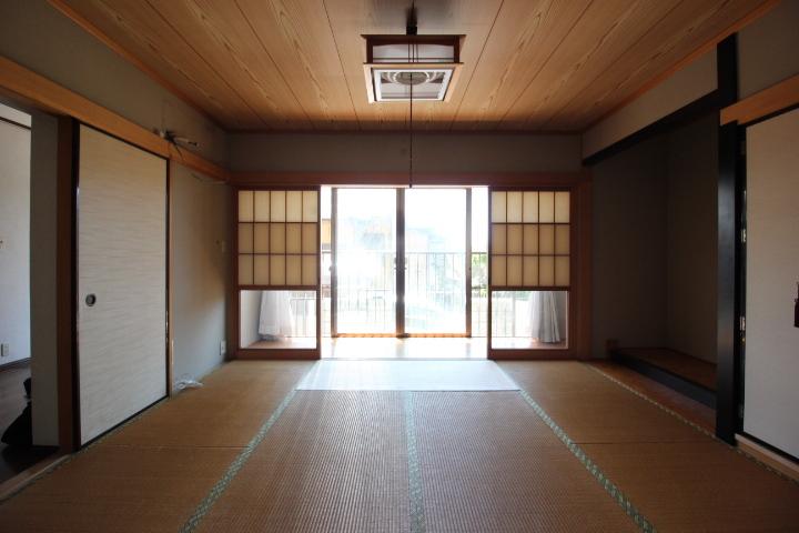 1階8畳の和室から 6畳の和室方向を撮影。収納も豊富です。