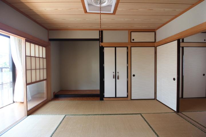 1階8畳の和室です。南側の広縁から明るい光が射し込みます。