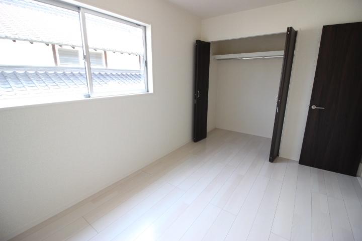 2F 6帖洋室 全居室クローゼットありなので、各居室を用途別に利用できそうです。