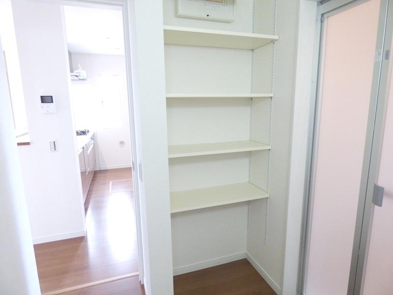 ◎収納棚:1号棟(7/8更新) 1号棟の洗面室には収納棚を設置。タオルや着替え、シャンプーなどの消耗品をしまったりと大変便利です!