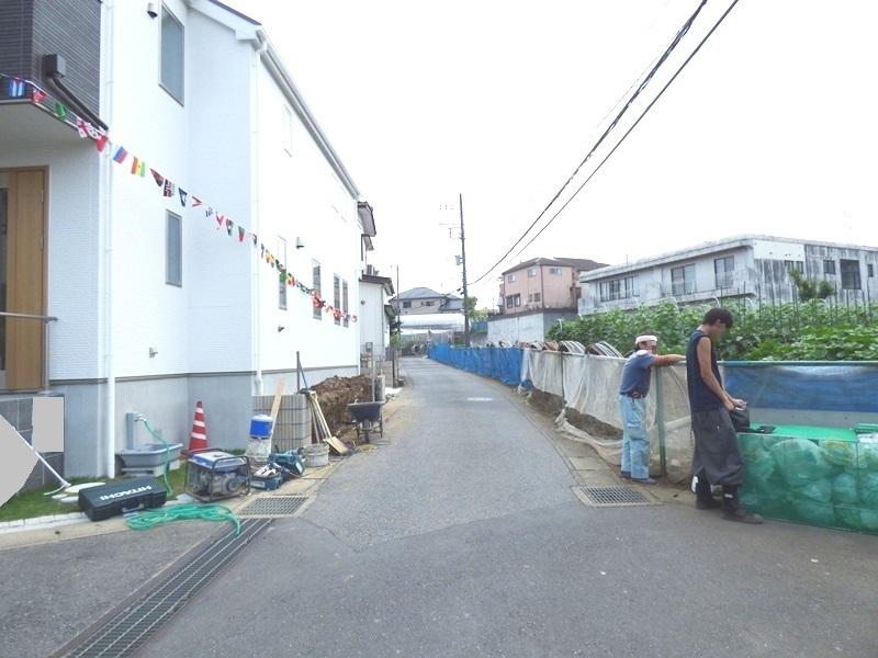 ◎前面道路(7/8更新) 周辺は落ち着いた雰囲気の住宅街です! 殿平賀小学校まで徒歩7分で、お子様も毎日元気いっぱいに学校に通えそうです!