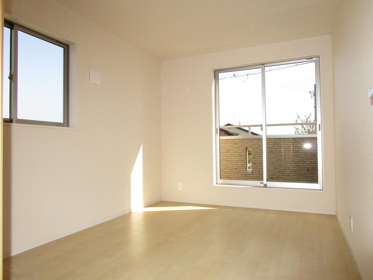2面採光の明るい洋室