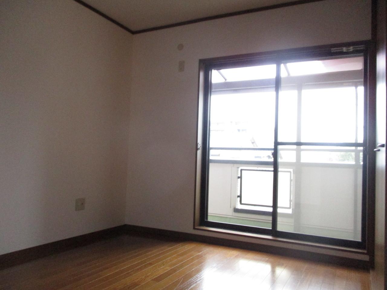2階6帖部分の洋室です。