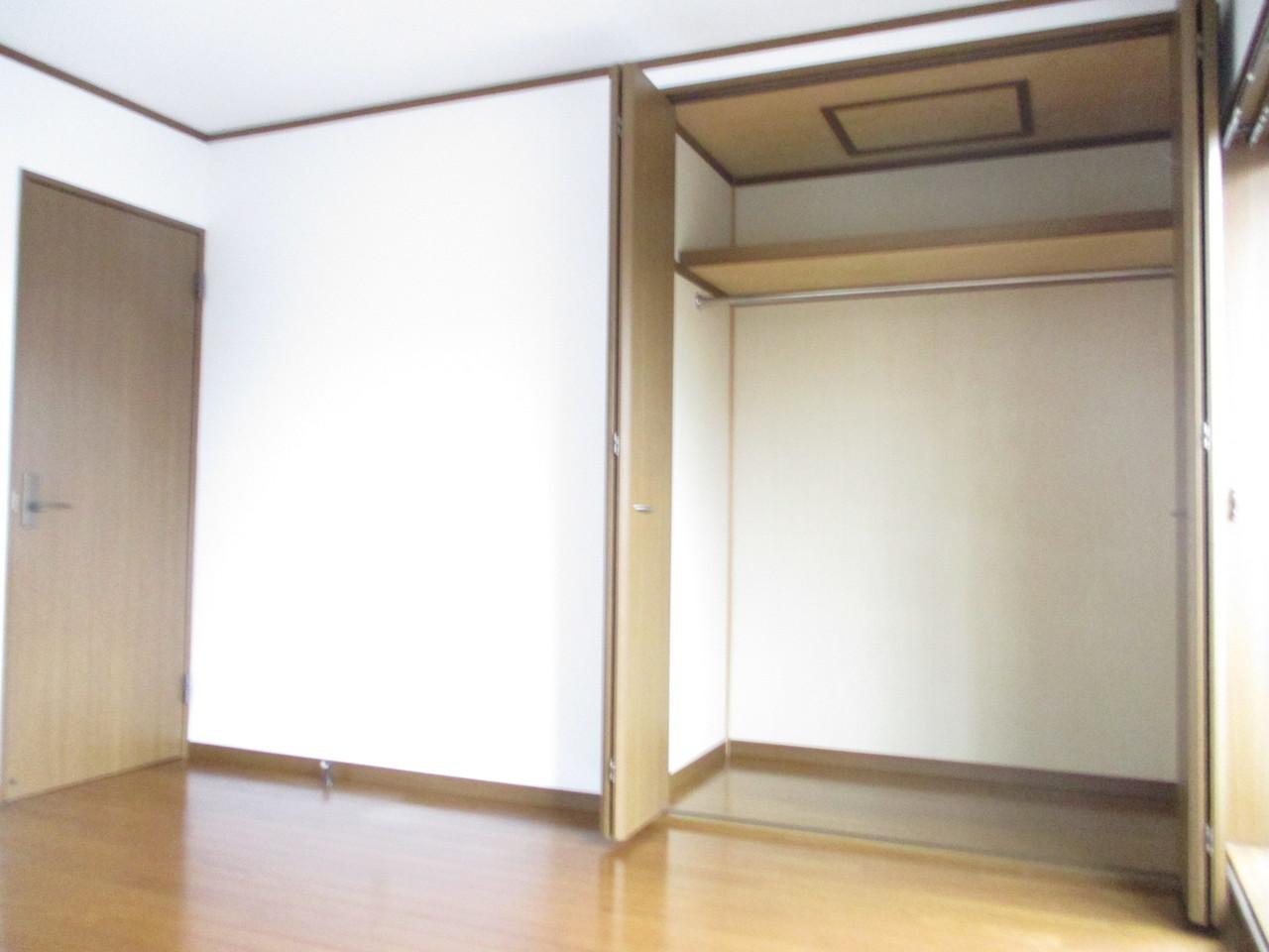 2階部分6帖洋室につております。収納スペースです。