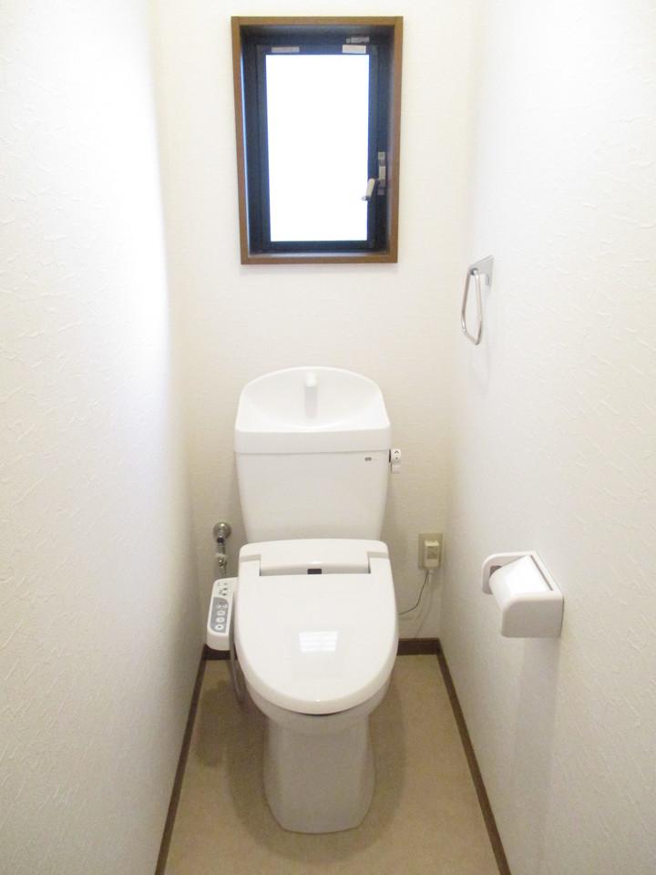 トイレには小窓がついております。