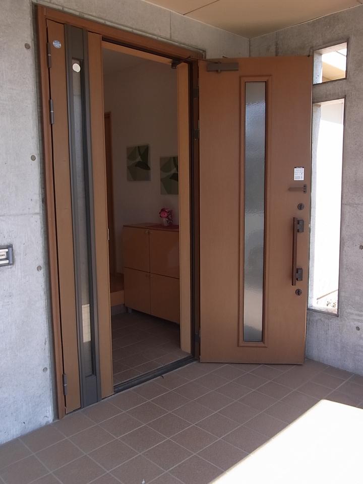 エントランス部分も広く郵便受けも外からお家の中に直接入ります。