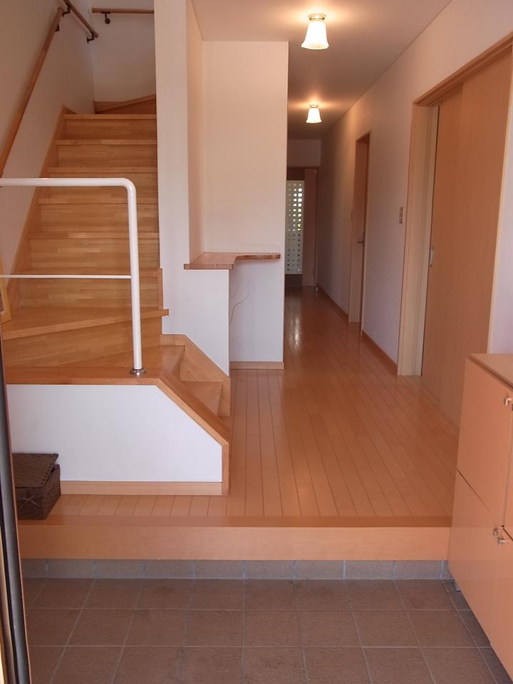 玄関も広々しておりシューズボックスのほかにシューズインクローゼットもあり多目的スペースが充実しております。