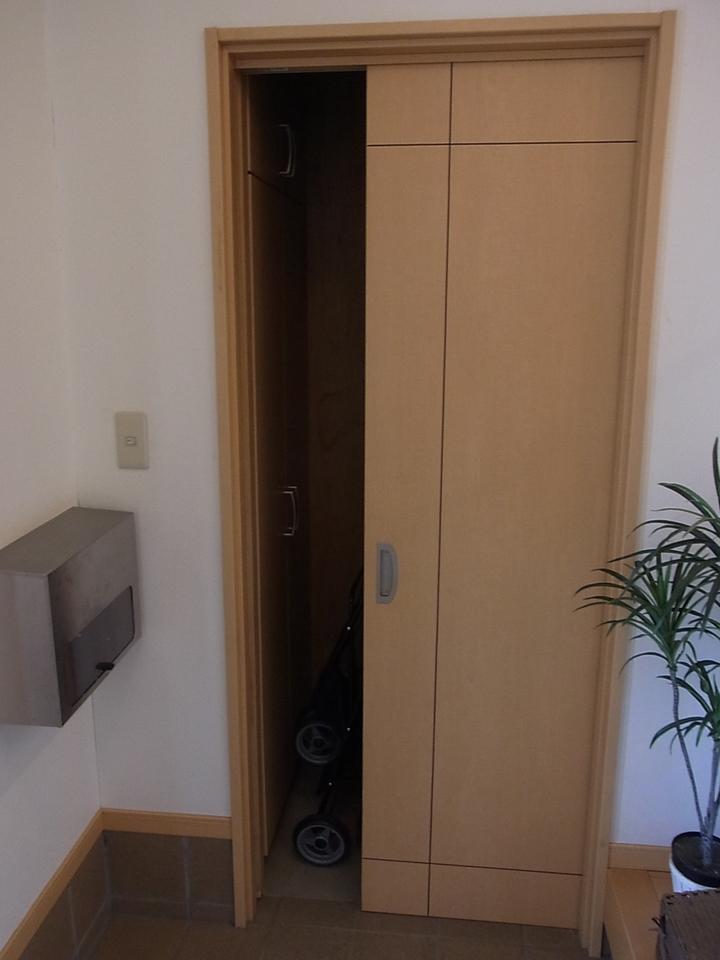 玄関脇にはシューズインクローゼットがあります。郵便受けは外から直接室内へ入るようになっております。