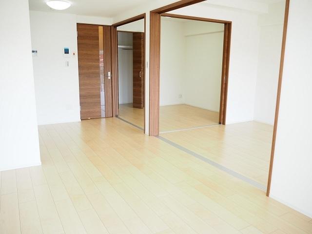 リビング隣接の洋室は、引戸を開放して広くお使いにもなれます。