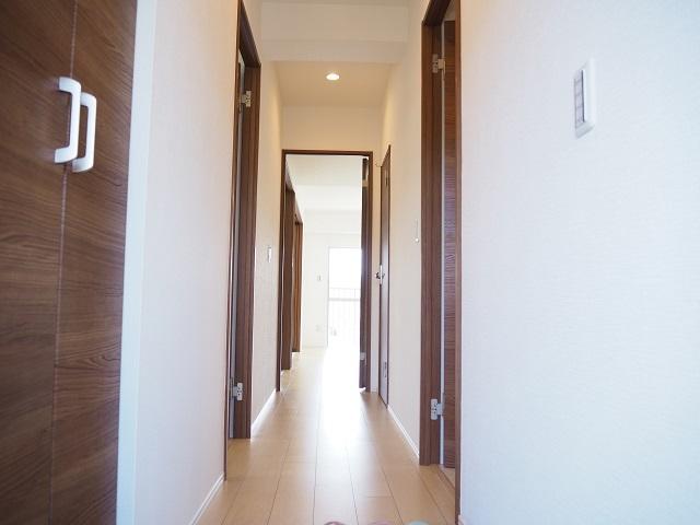 廊下の様子です。玄関には大きめのシューズボックスが付いております。