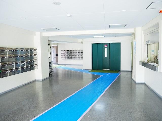 建物廊下部分です。管理人窓口もございます。