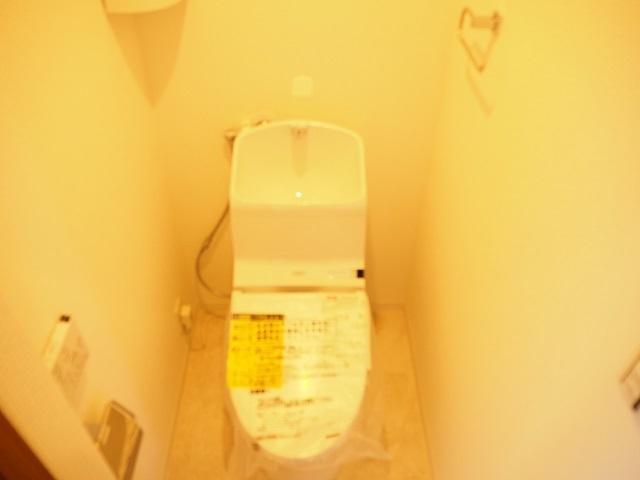 ウォシュレット付トイレです。こちらも新規交換済です。