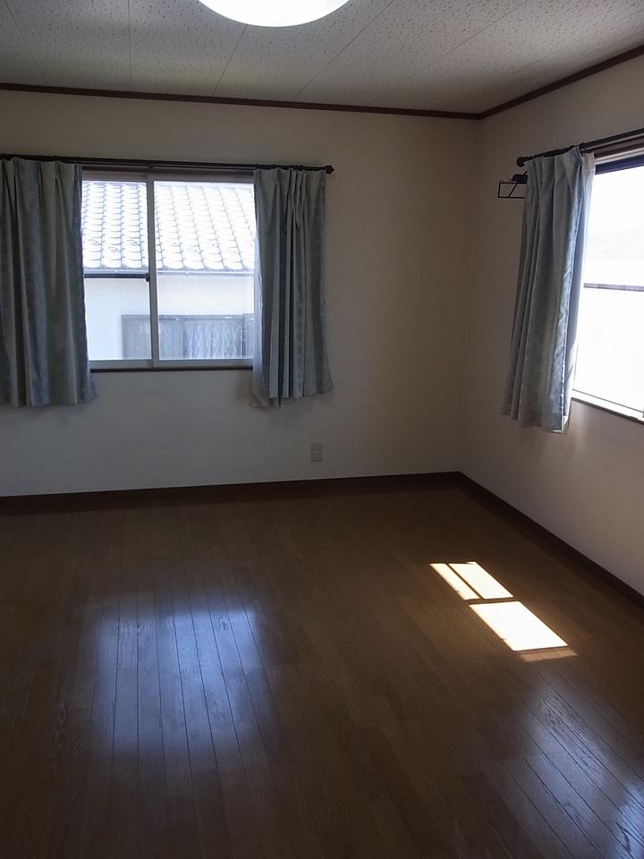 二階東南の洋室は日あたりも良いのでお子様のお部屋などにいかがでしょうか?