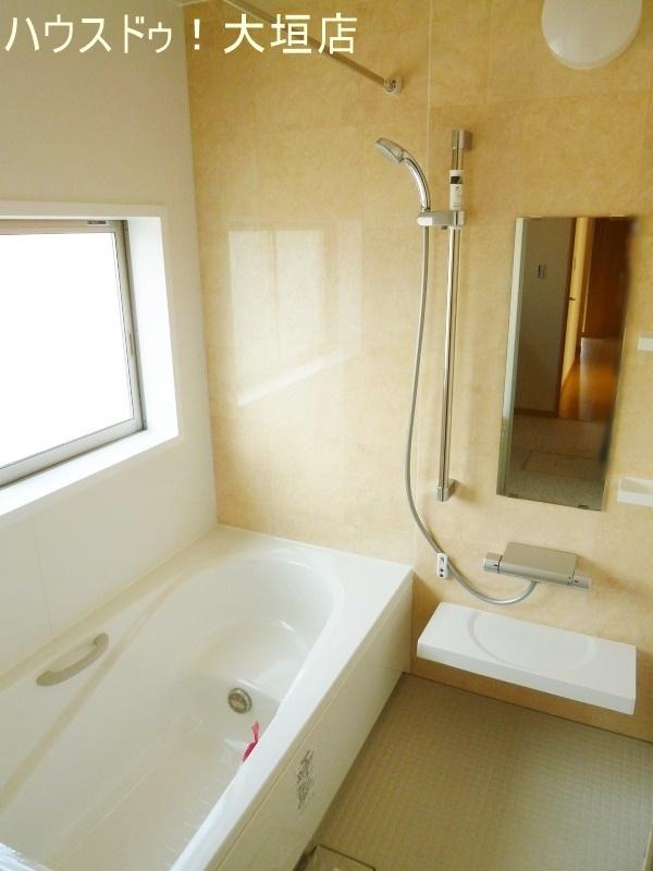ゆったりとした浴室。浴室乾燥機付きで雨の日のお洗濯も安心です。