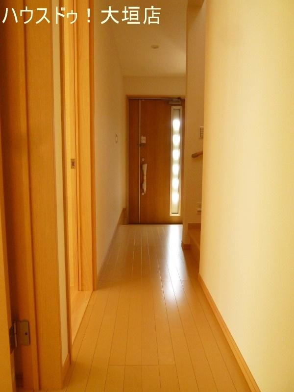 玄関ドアからの光で暗くなりがちな玄関周りも明るく。