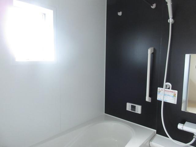 ブラックとホワイトでまとめた浴室はシックでとてもオシャレです。