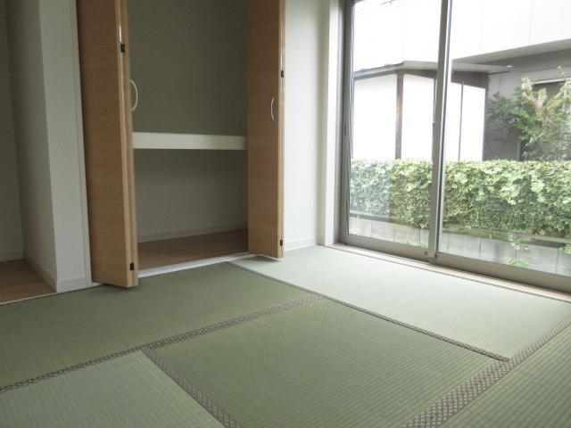 北側の落ち着いた洋和室です。 北側ですが2面採光!1面は大きな窓で北向きが気になりません!