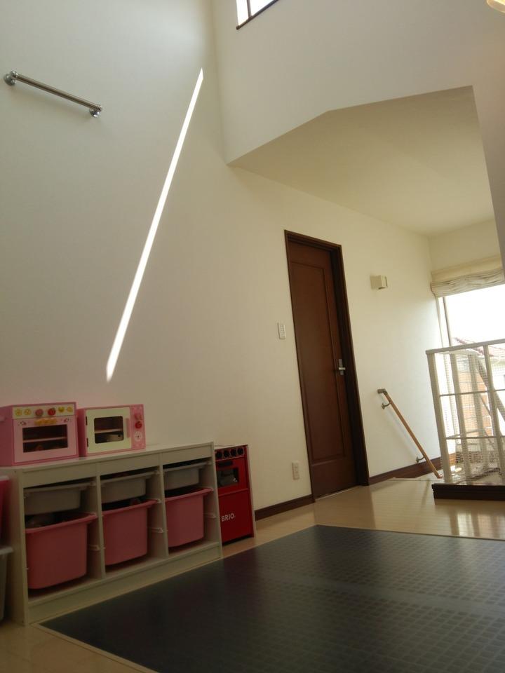 階段を上がると、フリースペースが。 お子様の勉強スペースにも、書斎にもどうぞ。 多彩な用途でお使いいただけます。