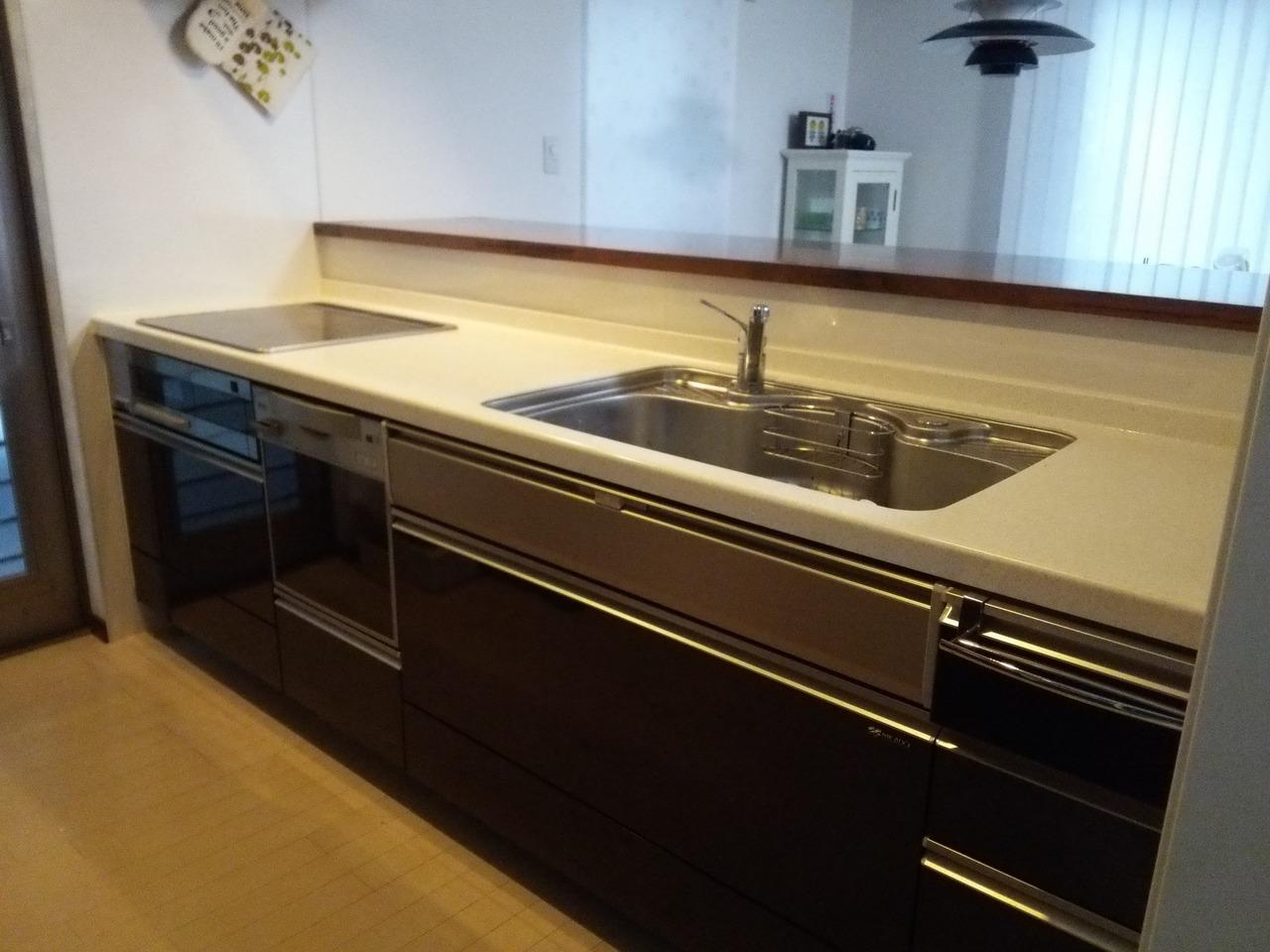 食洗機付のシステムキッチン♪ 対面式で料理をしながら、ご家族との会話が楽しめます。