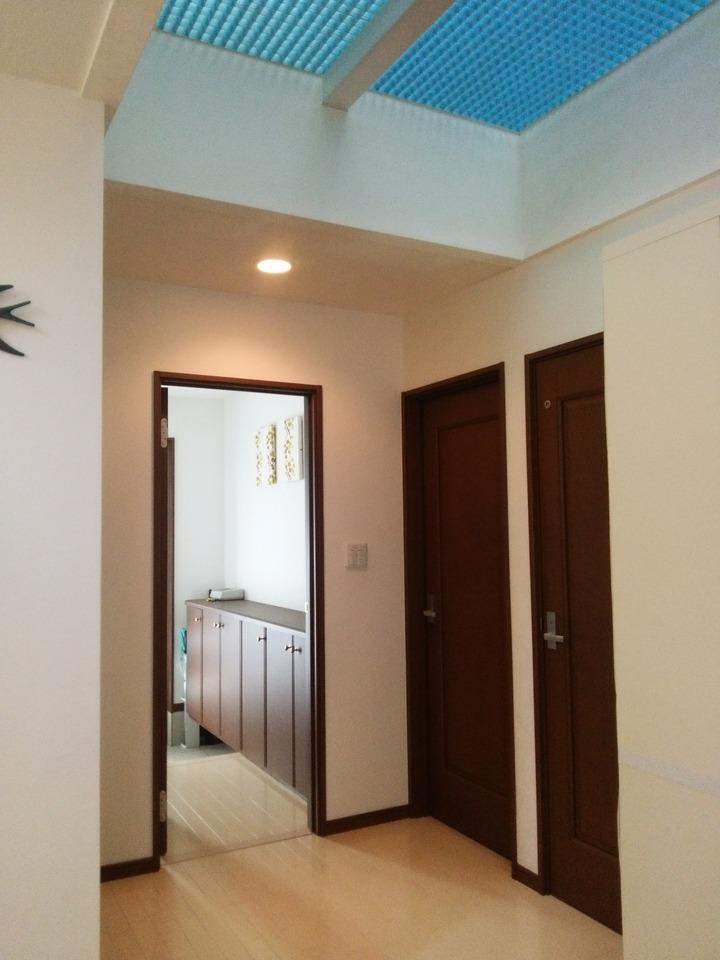 リビングの一部天井はグレーチング天井に! 2階からたっぷりの日差しが差込み、 心地よい空間を演出します♪