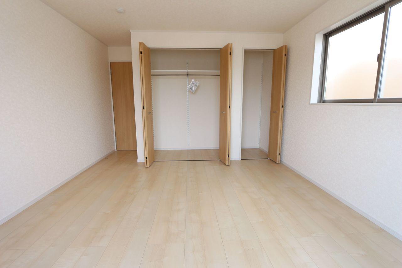 2階9.5帖の洋室は壁一面に クローゼットを設置しました。 沢山の衣類や小物もすっき り収納可能できます。