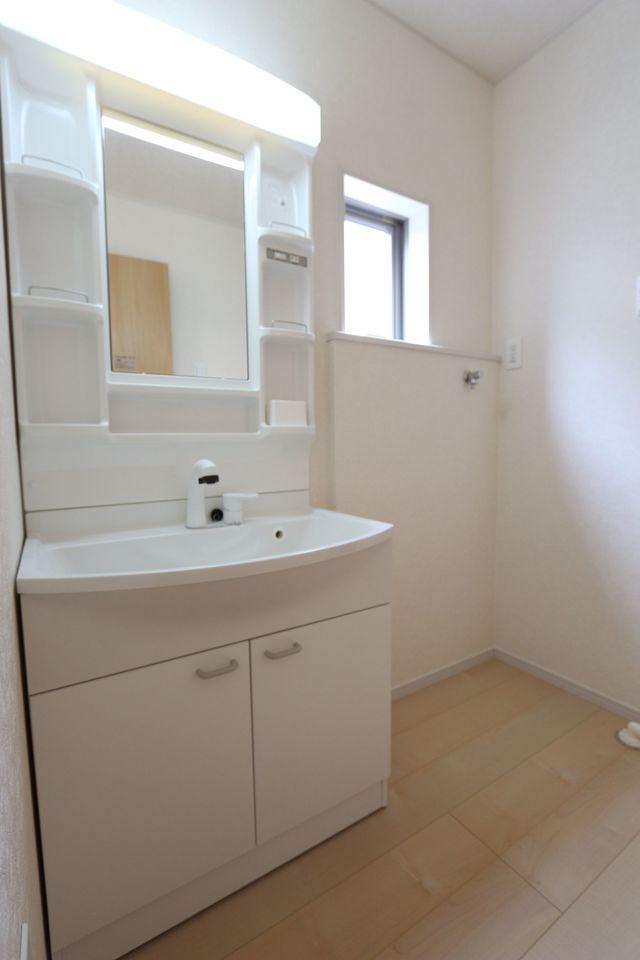 大型の洗濯機も無理なく設置できる広さです。 洗面台はシャワー付き。 床下収納庫もございます。