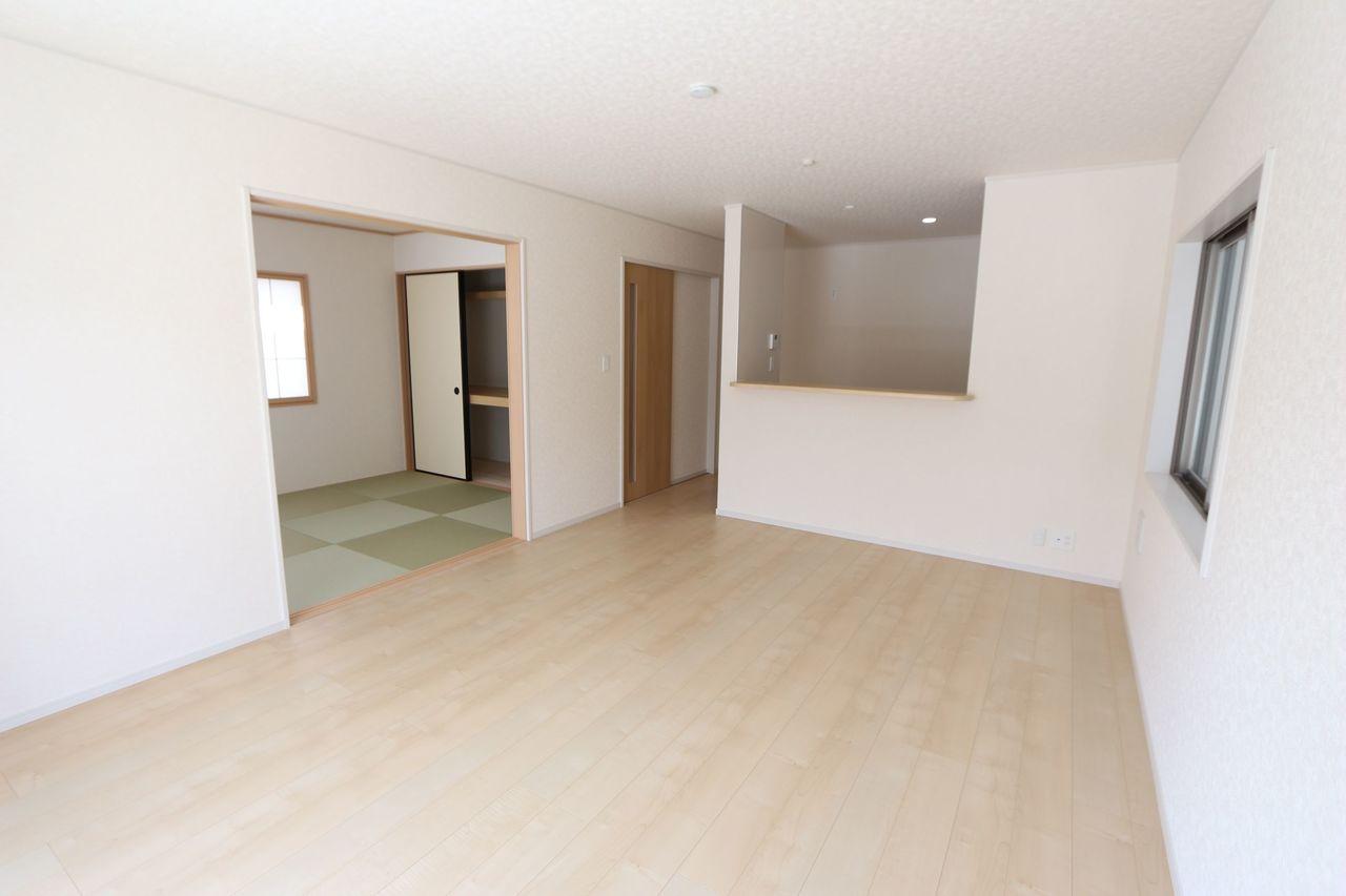 LDKは和室と合わせて24帖の大きな空間です。 お客様が大勢いらしても、 ゆったりおくつろぎ頂けます。