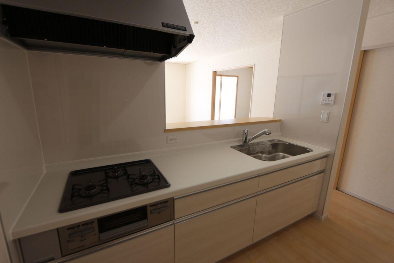 明るい色合いのシステムキッチン。 お二人並んで調理をして頂けるゆったりサイズです。 床下収納庫もございます。