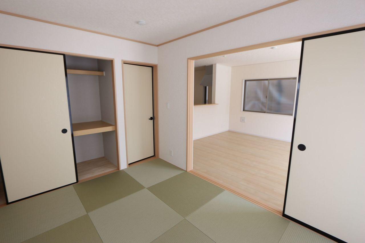 リビングに続く和室は大変開放的です。 南向き、2面採光で明るさも確保しております。