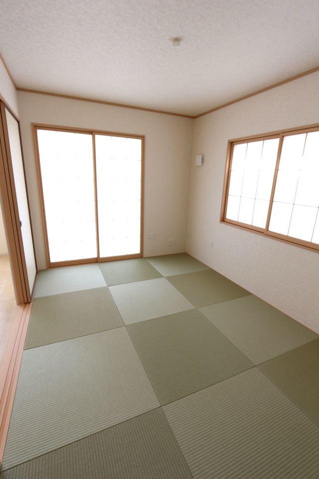 押入れのある和室は寝室や客間として 大変便利にご利用頂けます。 琉球畳を使用し、お洒落な印象になりました。