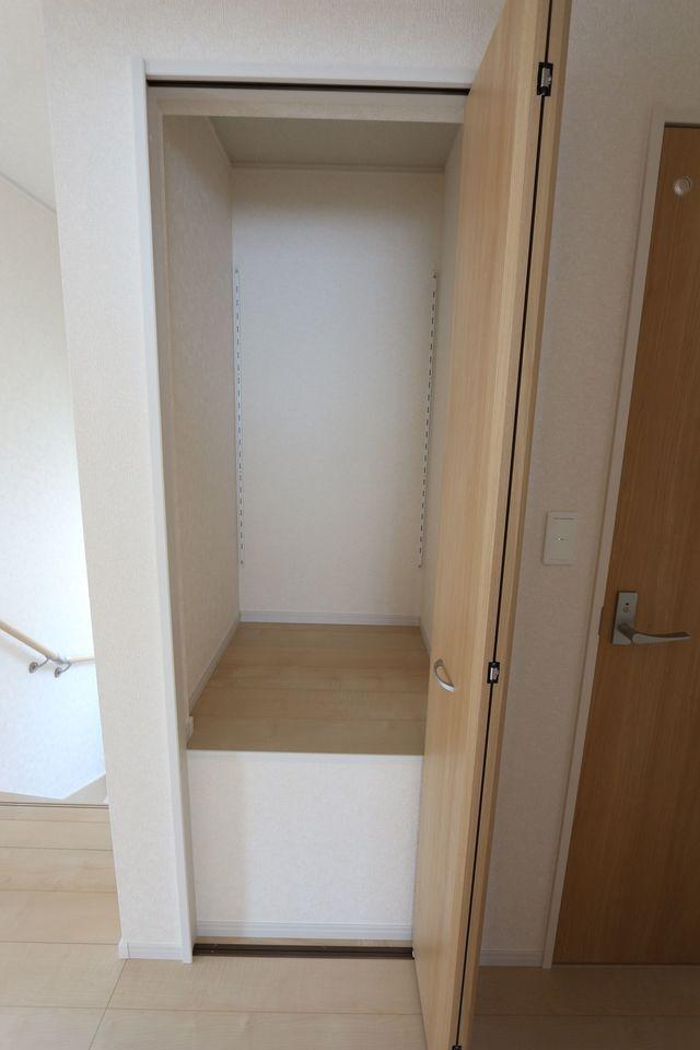 2階廊下にも収納スペースを確保。