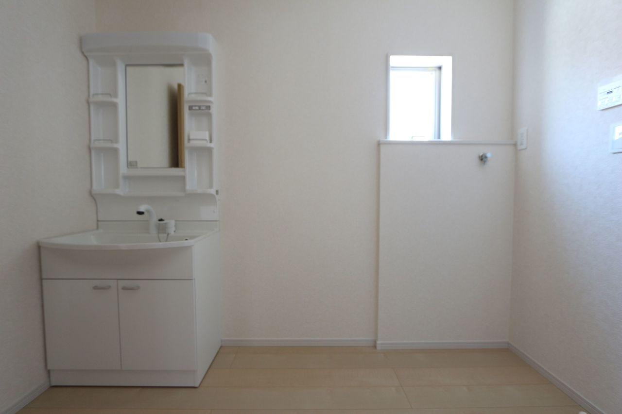 約3帖の洗面室は、大きな洗濯機でも 余裕の広さです。