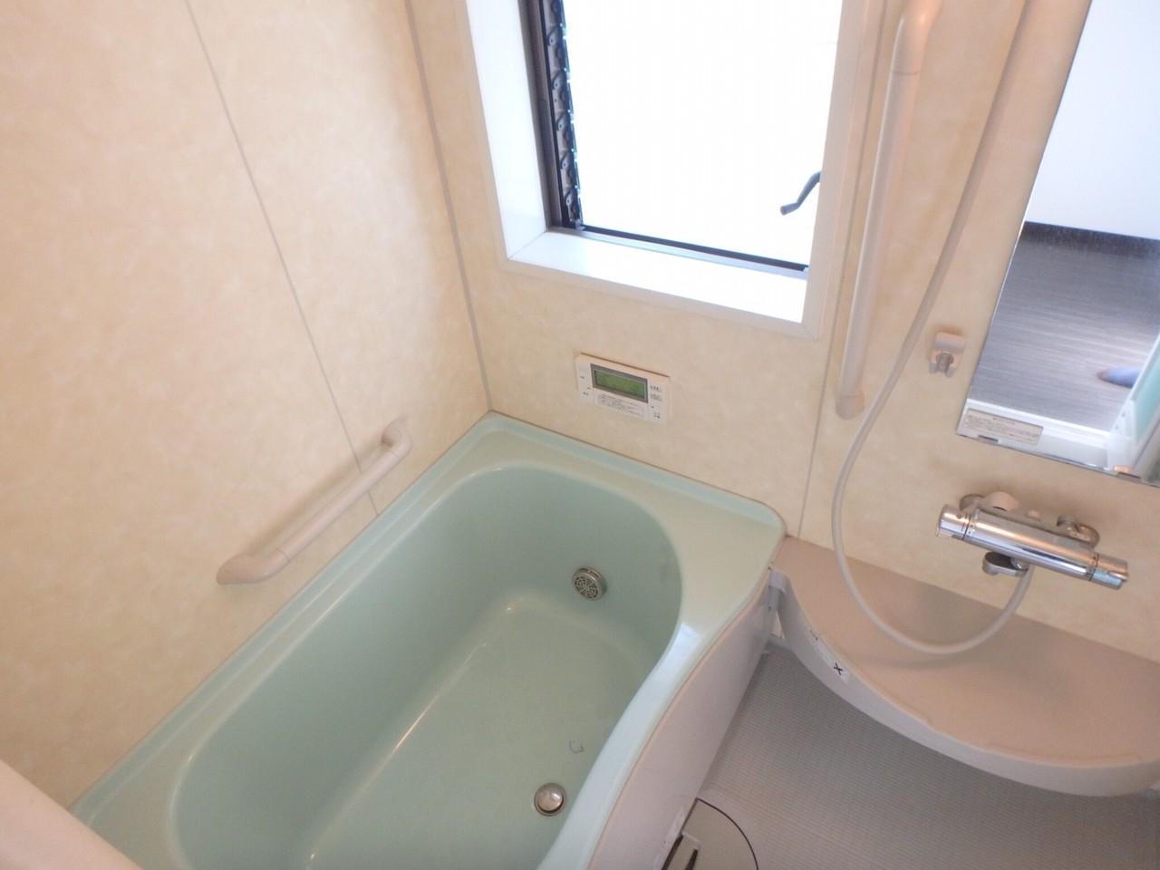 浴室になります。 手すりつきで安心!そして窓付なのでお掃除中の換気などにも便利です!