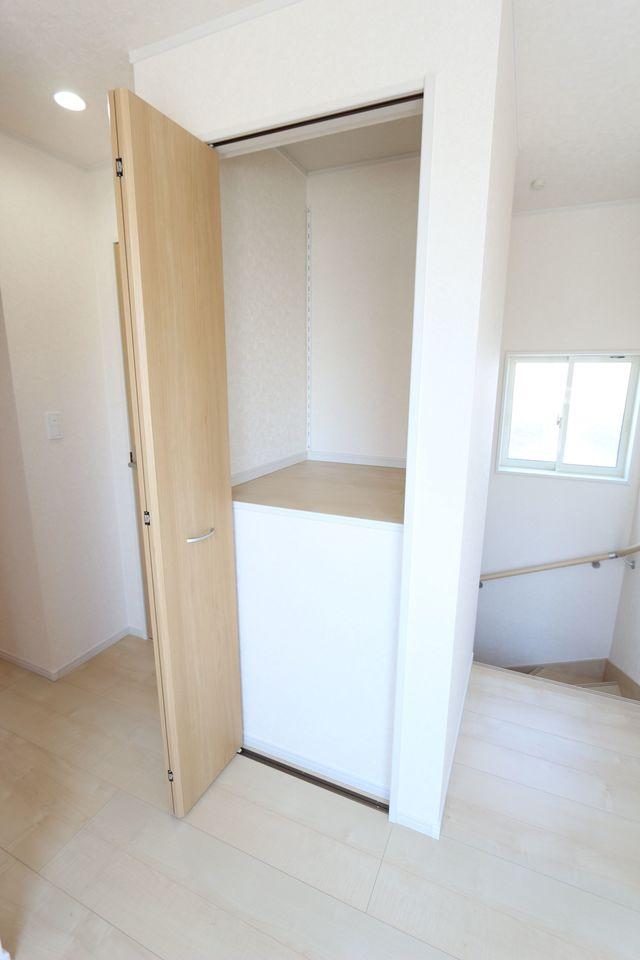 2階廊下にも収納スペースを設置。