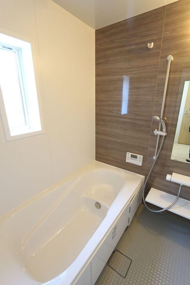浴室乾燥機・追い焚き機能完備。 1坪のゆったりサイズです。