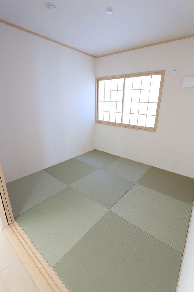 琉球畳を採用し、お洒落な印象の 和室です。